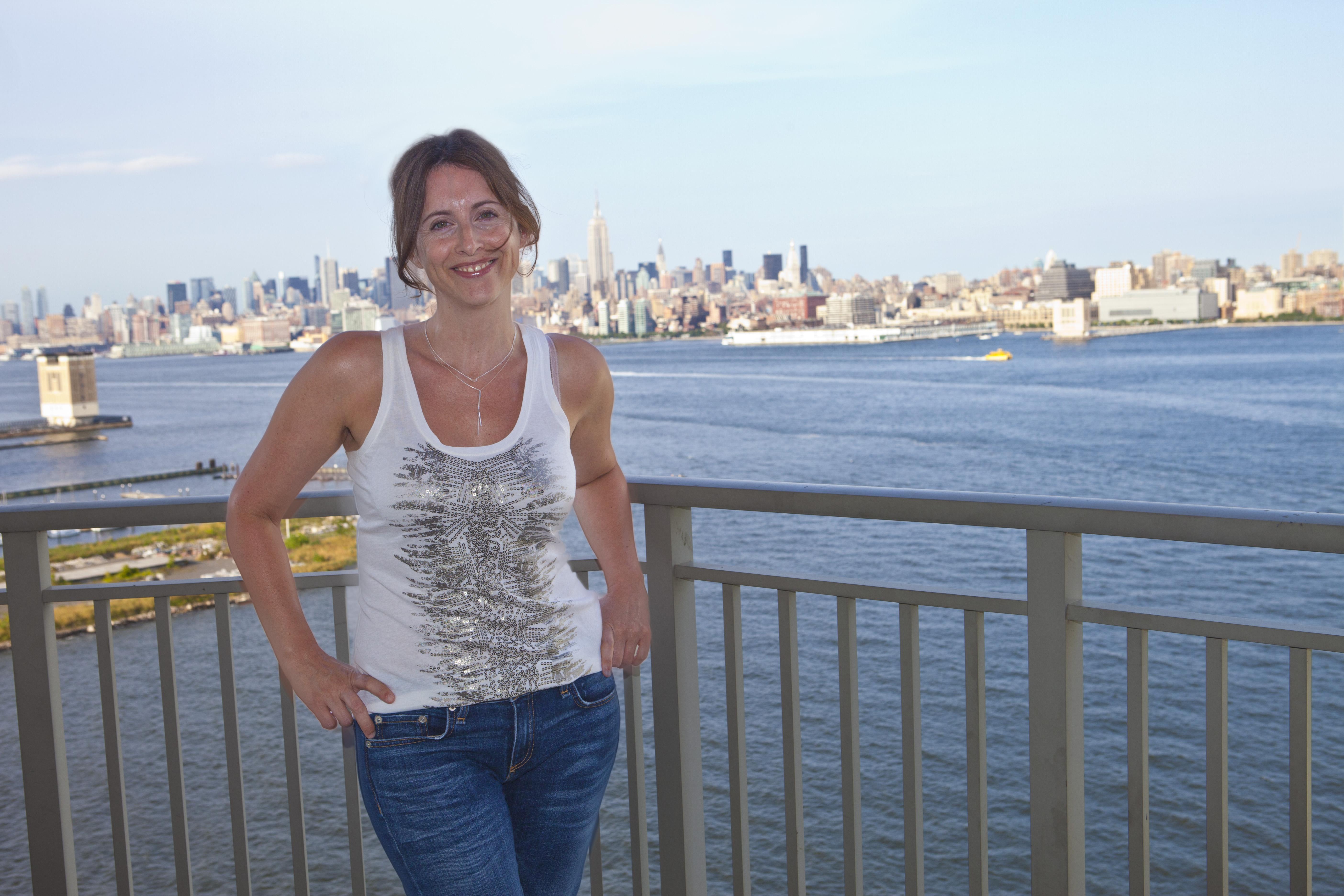Jeg havde fornøjelsen af, at møde Dana Trentini, da jeg skrev en række case-historier til min amerikanske bog, From hypothyroid to Healthy, her i blandt hendes rørende historie. Og jeg tog en række billeder af Dana - her fra hendes hjem i Jersey City med udsigt til New York. Flot, ikke? I dag bor Dana i Canada.